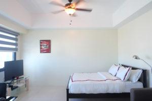 Icon Plaza Studio Apartment - BGC - bed and tv